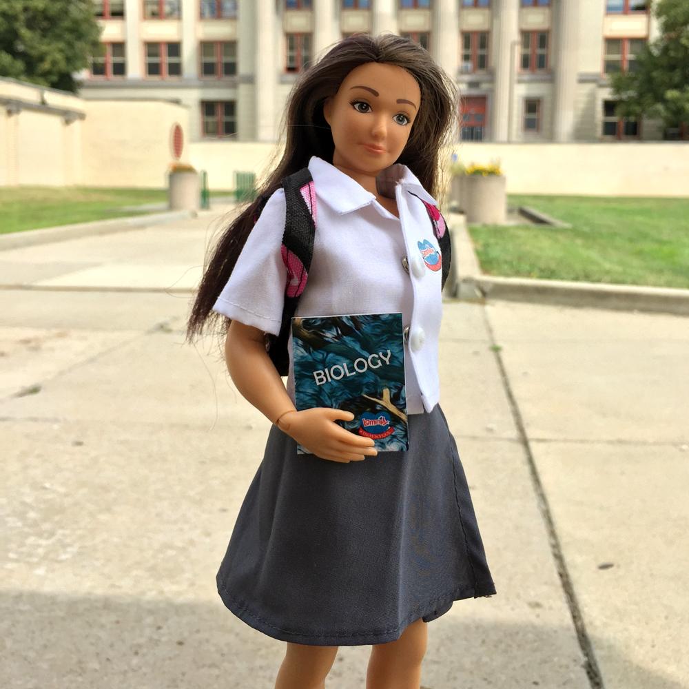 educatie vestimentara copii/papusa Lammily la școală
